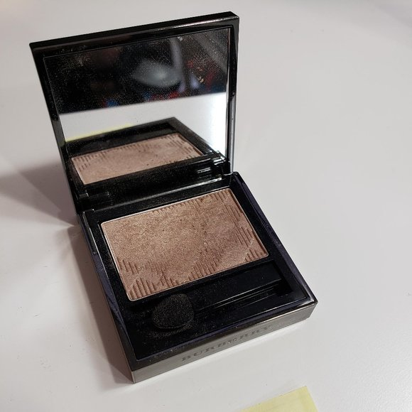 Burberry- Wet and Dry Silk Shadow: Pale Barley